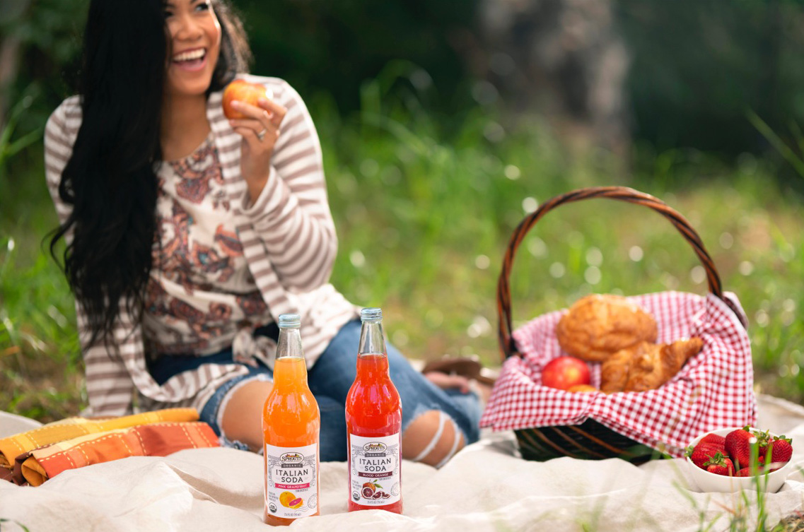 picnic_lunch_drinks_outdoors_lifestyle
