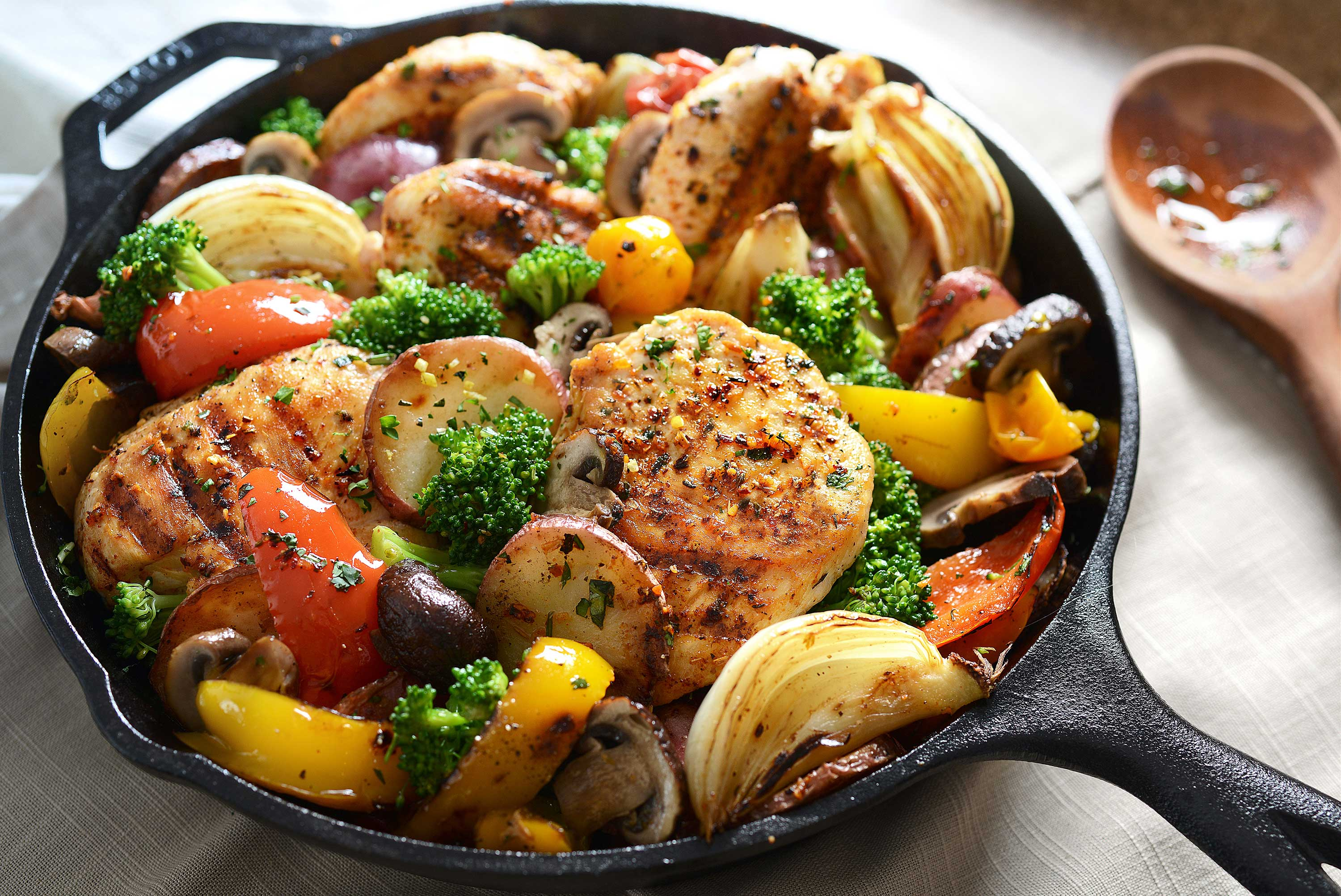 mike wepplo natural photography chicken and vegetable skillet